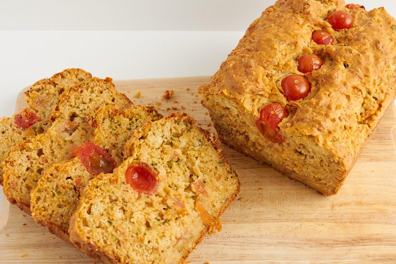 Pane farcito con erbe e pomodorini: la ricetta sfiziosa che si prepara in poche mosse