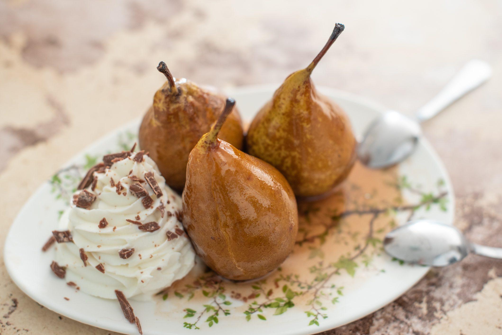 Pere caramellate: la ricetta del dessert elegante e squisito con crema di ricotta