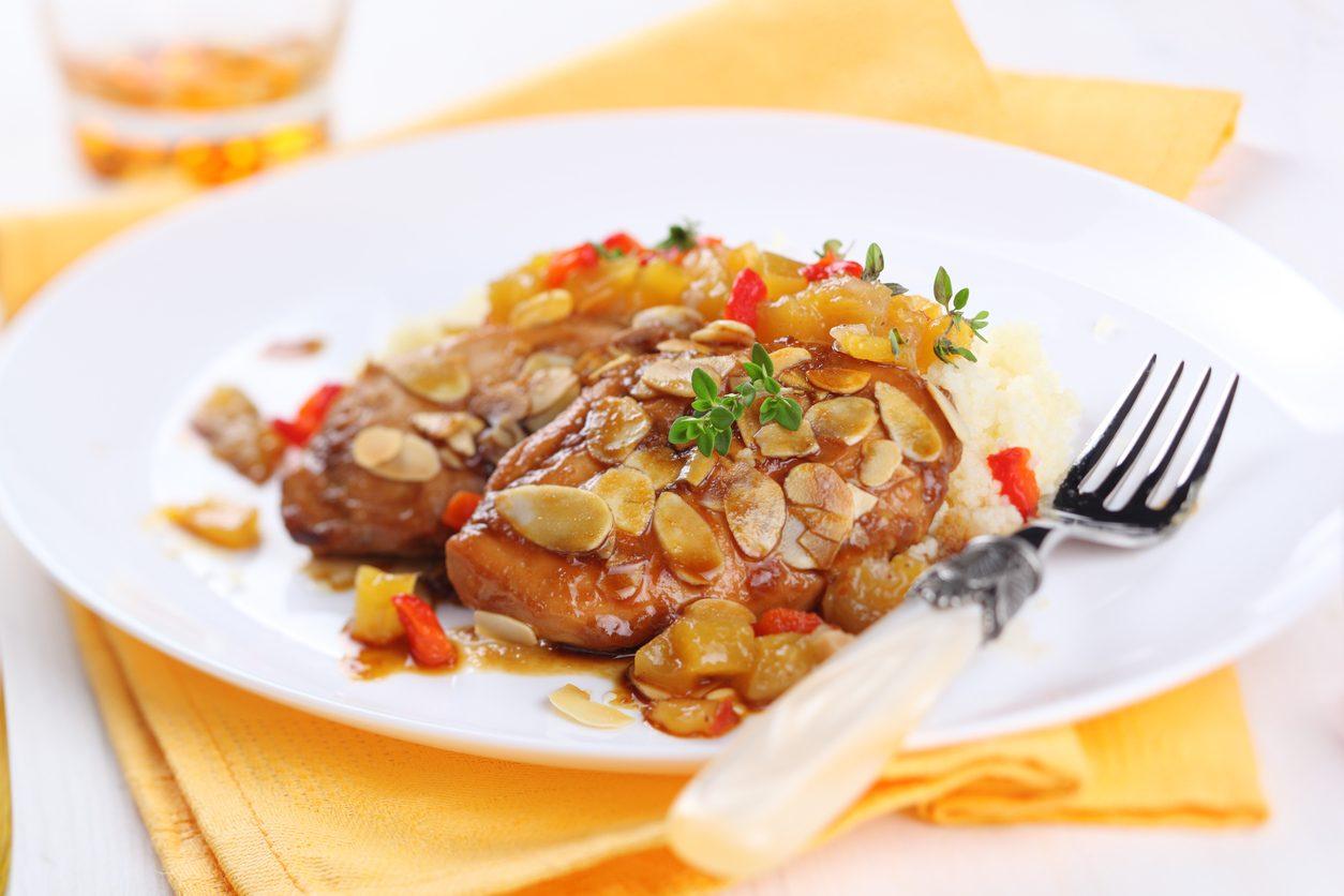 Petto di pollo con salsa di albicocche e mandorle: la ricetta del secondo agrodolce