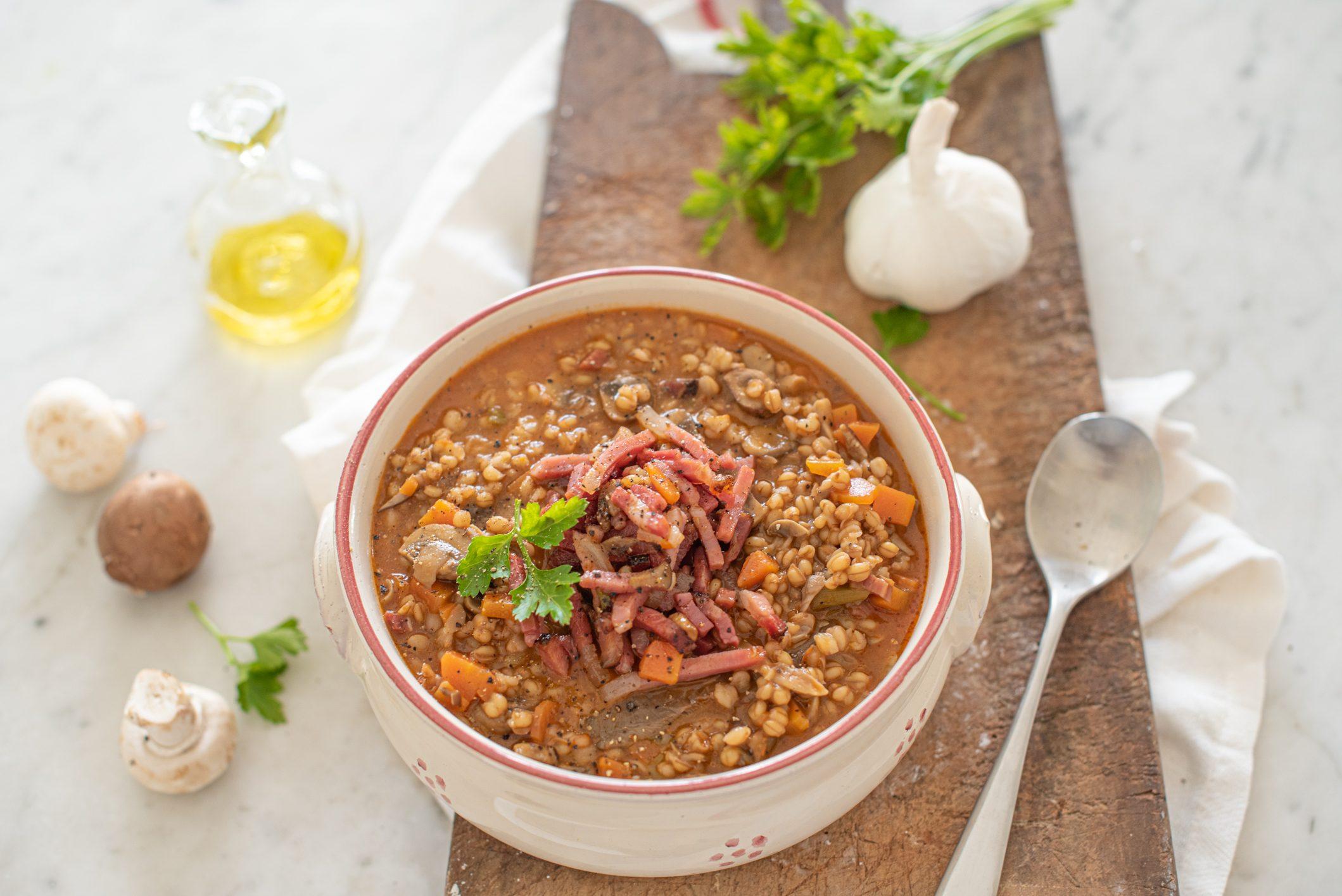 Minestra di orzo perlato e funghi porcini: la ricetta del confort food caldo e gustoso