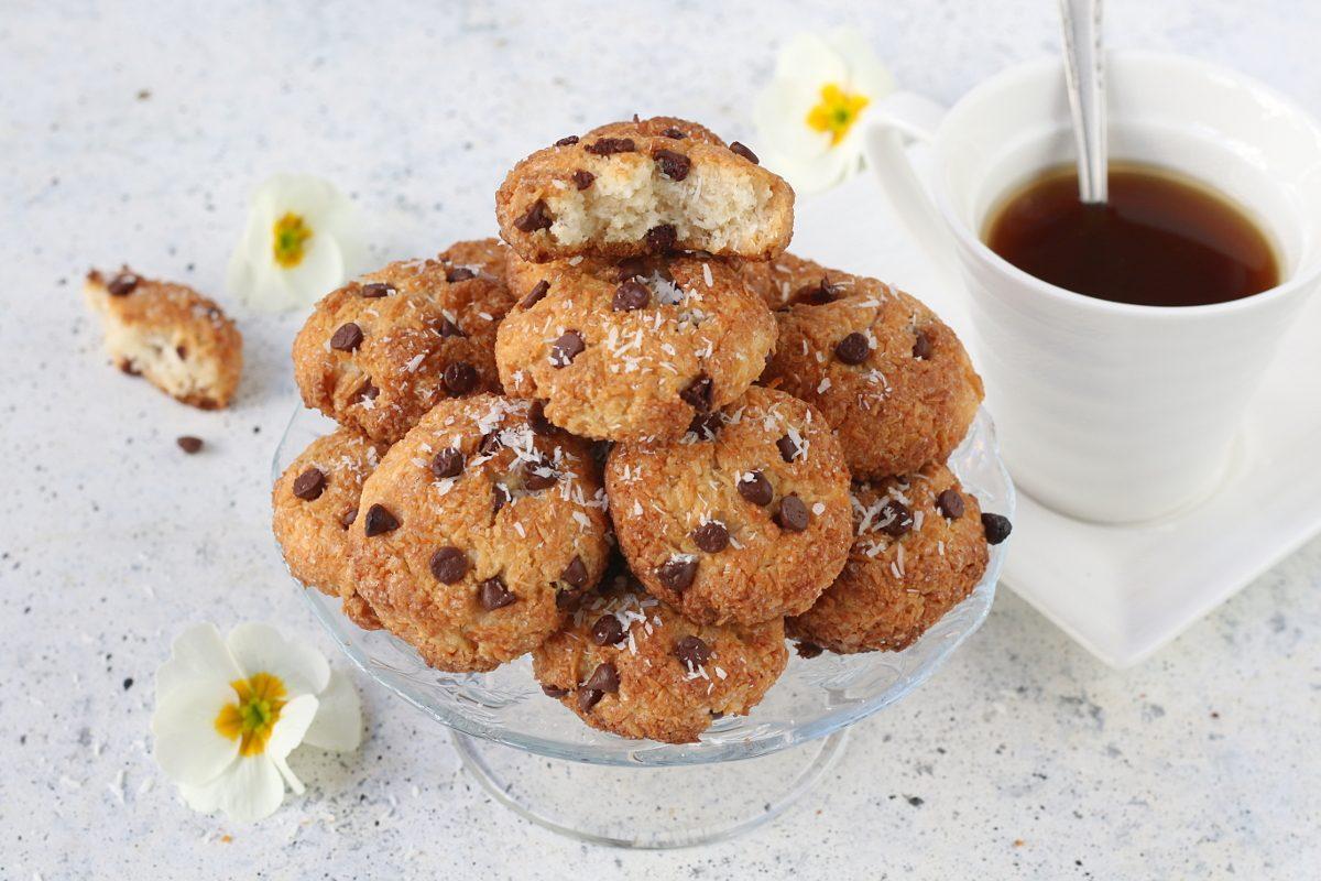 Biscotti al cocco e gocce di cioccolato: la ricetta senza uova facilissima da realizzare