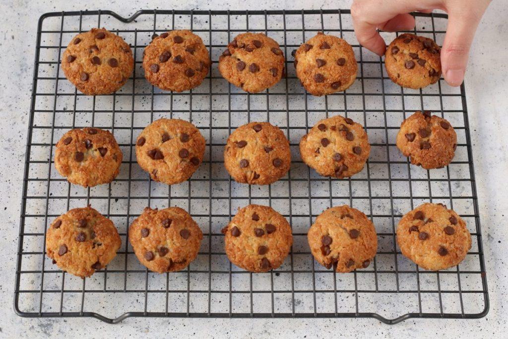 Raffreddamento biscotti al cocco e gocce di cioccolato