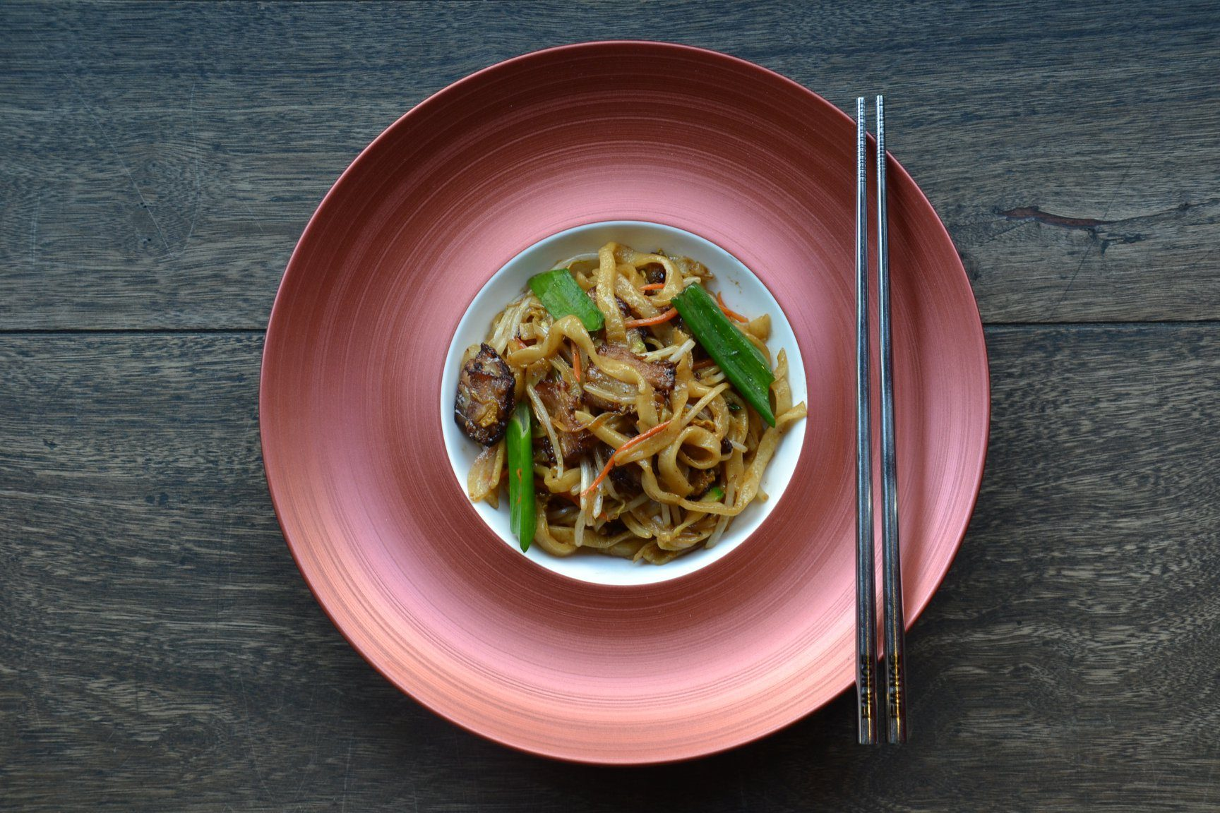 Un piatto di Bon Wei: Lamian (noodles tirati a mano) saltati con pancetta stile cha–shao (barbecue cinese) e verdure
