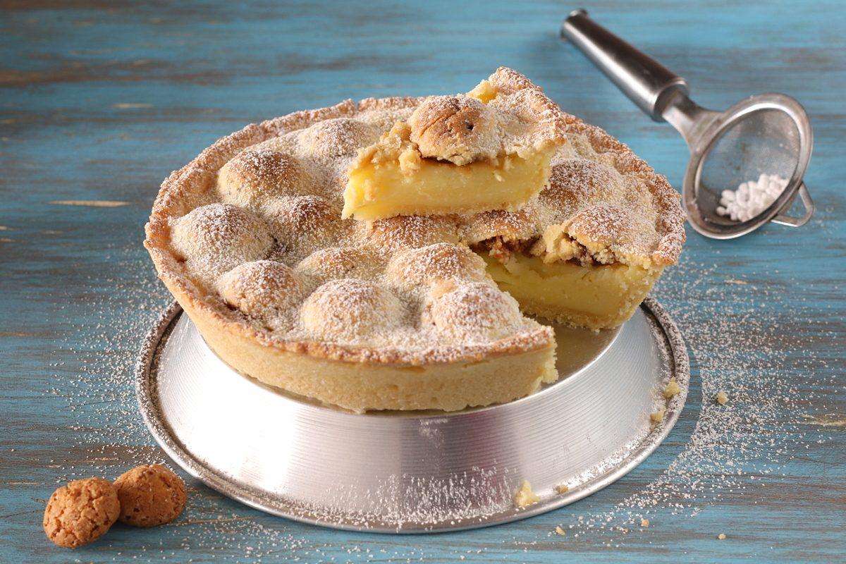 Crostata con crema e amaretti: la ricetta del dolce cremoso e aromatico