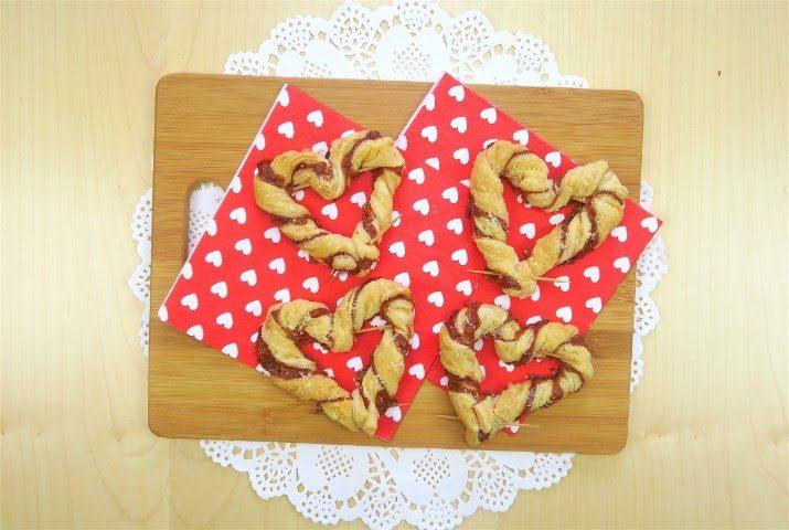Cuori di pasta sfoglia farciti: la ricetta dell'antipasto romantico, veloce e goloso