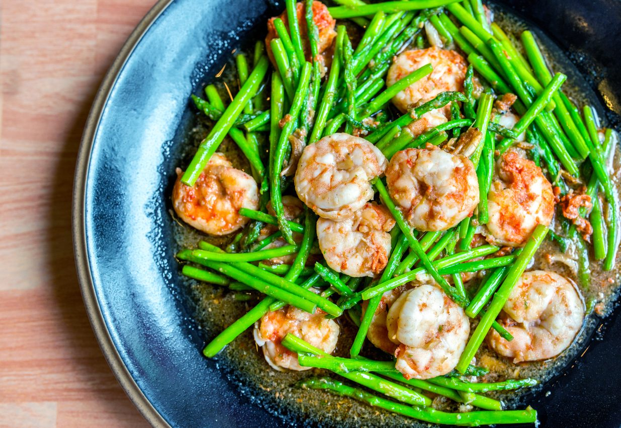 Gamberi e asparagi in padella: la ricetta del secondo piatto veloce e gustoso