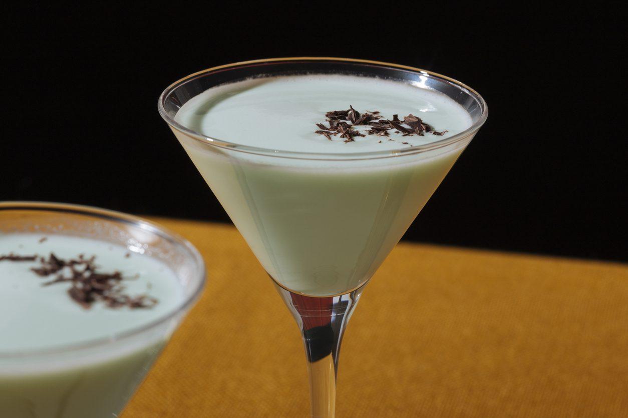 Grasshopper: la ricetta con ingredienti e dosi del cocktail cremoso a base di panna