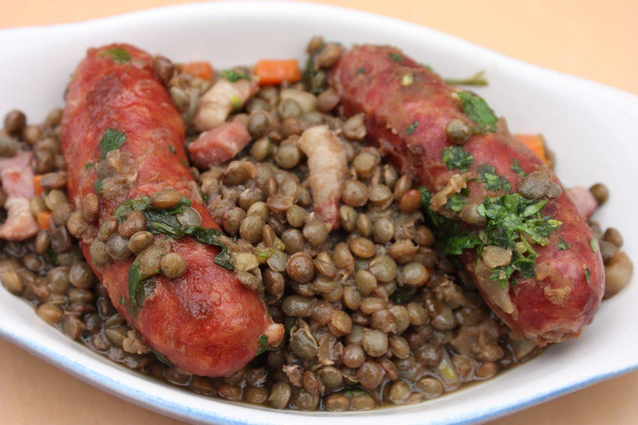 Lenticchie e salsiccia: la ricetta del piatto rustico tipico della tradizione contadina