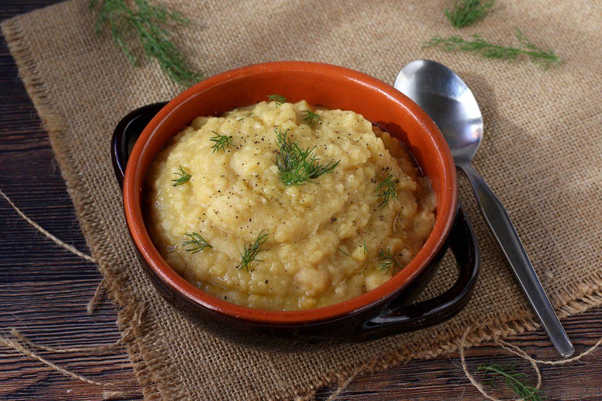 Macco di fave: la ricetta tradizionale della minestra siciliana cremosa e nutriente