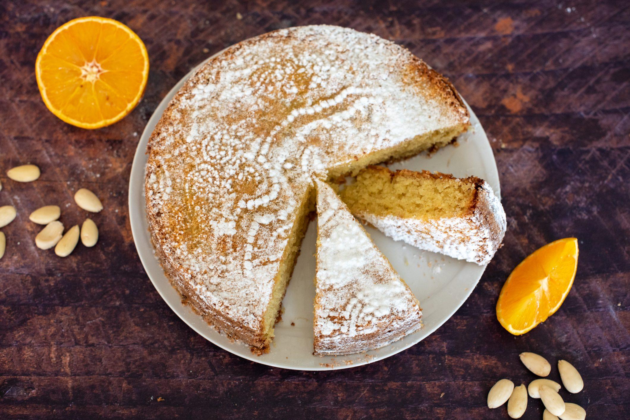 Torta caprese all'arancia: la ricetta soffice e profumata, variante del dolce tradizionale