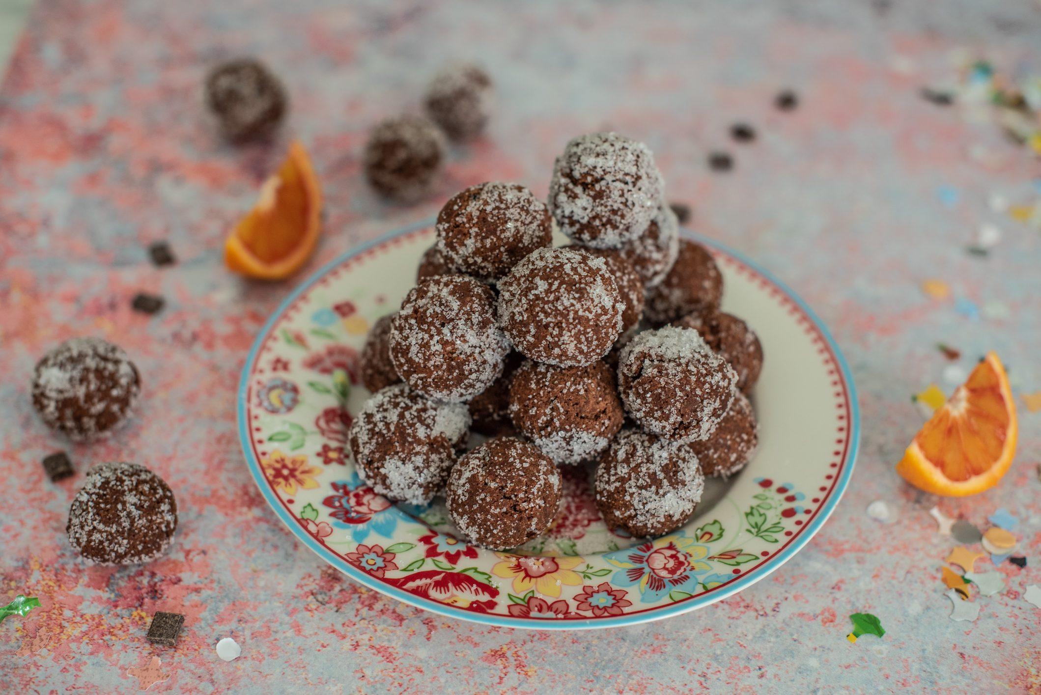 Castagnole con gocce di cioccolato: la ricetta del dolce di carnevale morbido e goloso