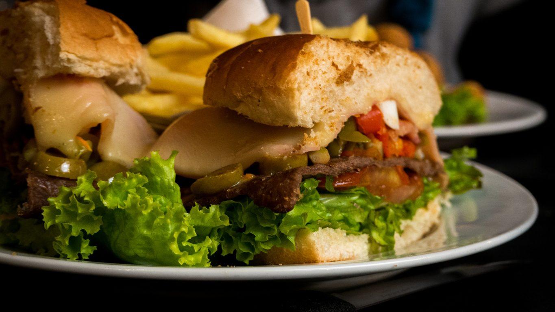 Chivito: la ricetta del sandwich ricco e colorato tipico della cucina uruguayana