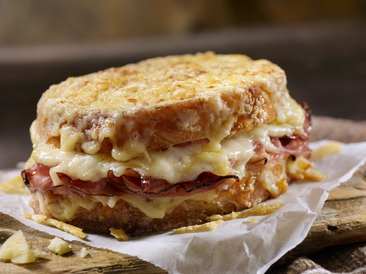 Croque Monsieur: storia, preparazione e varianti del sandwich parigino