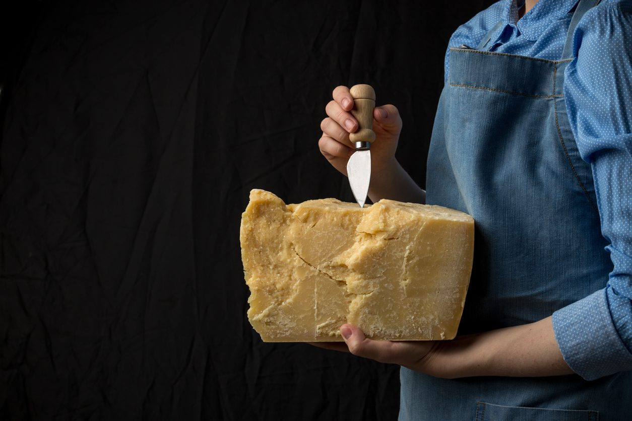 Parmigiano Reggiano, il corso gratuito per diventare casaro del Consorzio