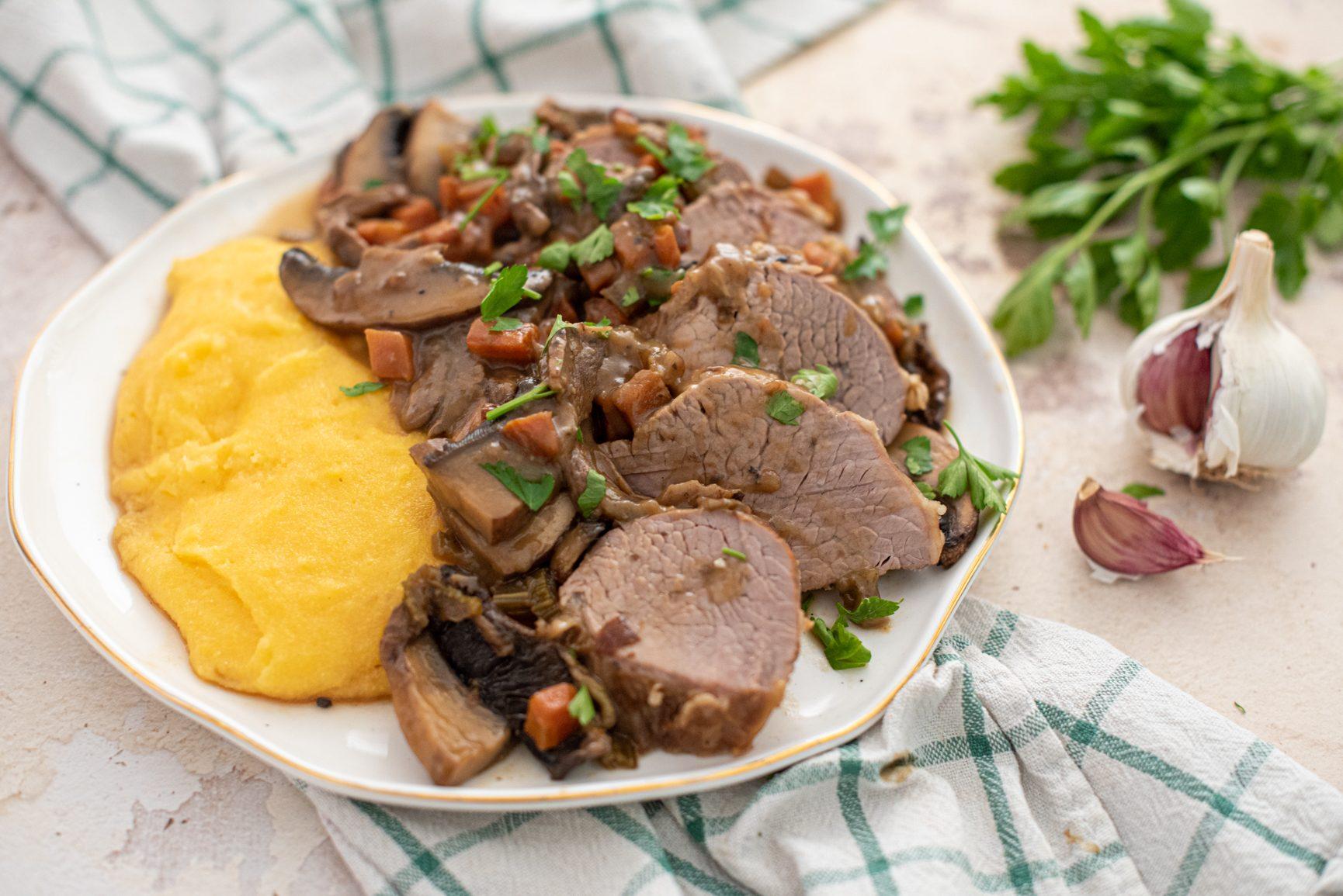 Brasato ai funghi: la ricetta elegante e golosa, perfetta per ogni occasione