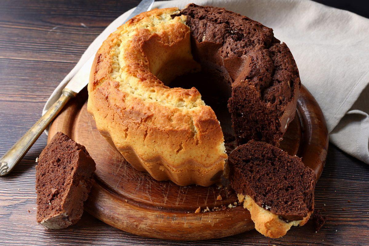 Ciambella abbraccio: la ricetta del dolce bicolore sofficissimo