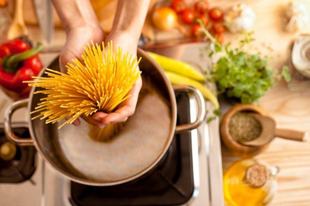 Come cuocere la pasta senza sbagliare in 8 semplici passaggi