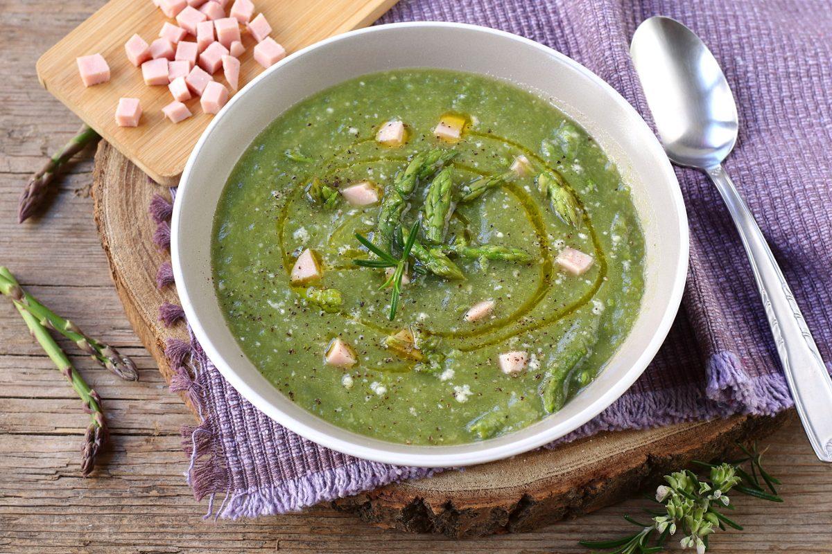 Minestra di asparagi: la ricetta del comfort food goloso e nutriente