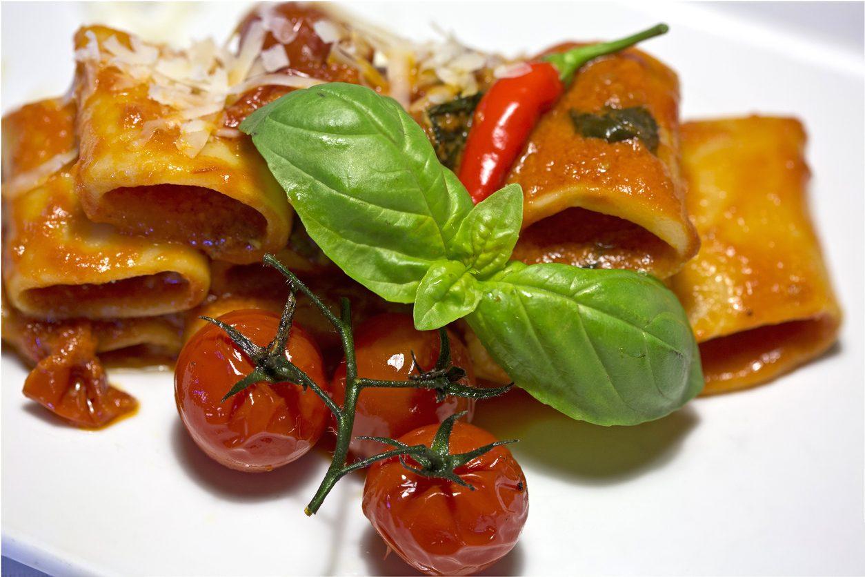 Paccheri con pomodori confit: la ricetta con taralli sbriciolati semplice e saporita