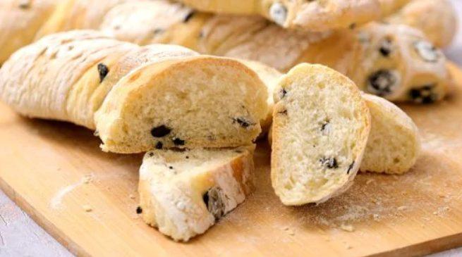 Pane alle olive: la ricetta dei bastoncini di pane morbidi e saporiti