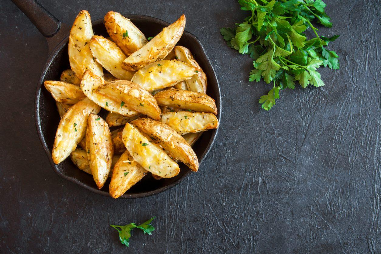 Patate al forno con la buccia: la ricetta del contorno sfizioso e stuzzicante
