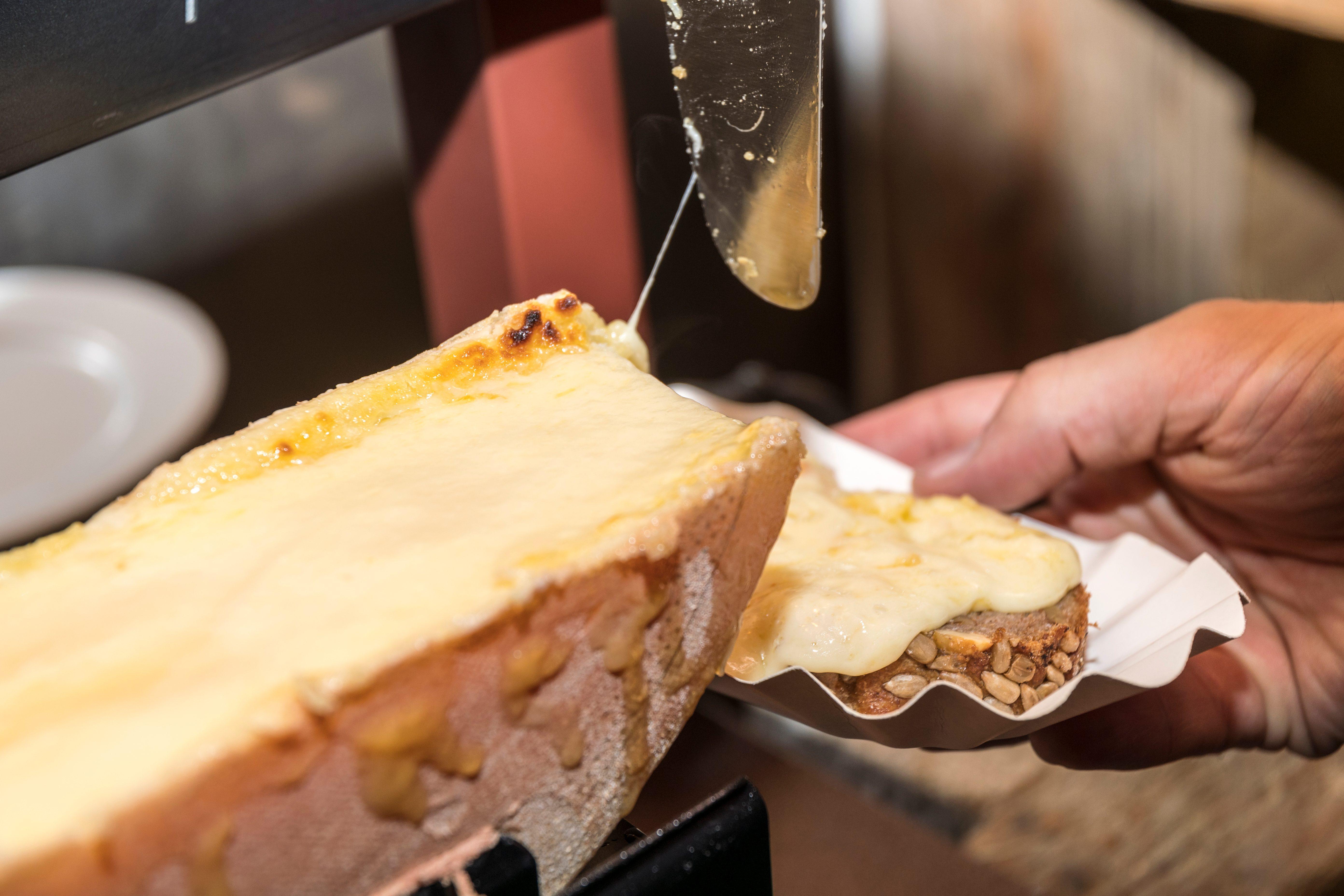 Raclette del Vallese DOP: il formaggio svizzero da fondere e spalmare