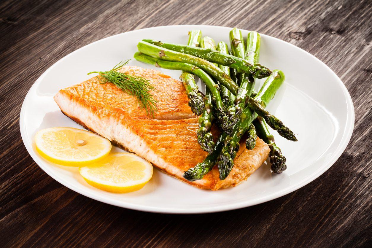 Salmone al forno con gli asparagi: la ricetta del secondo piatto facile e veloce