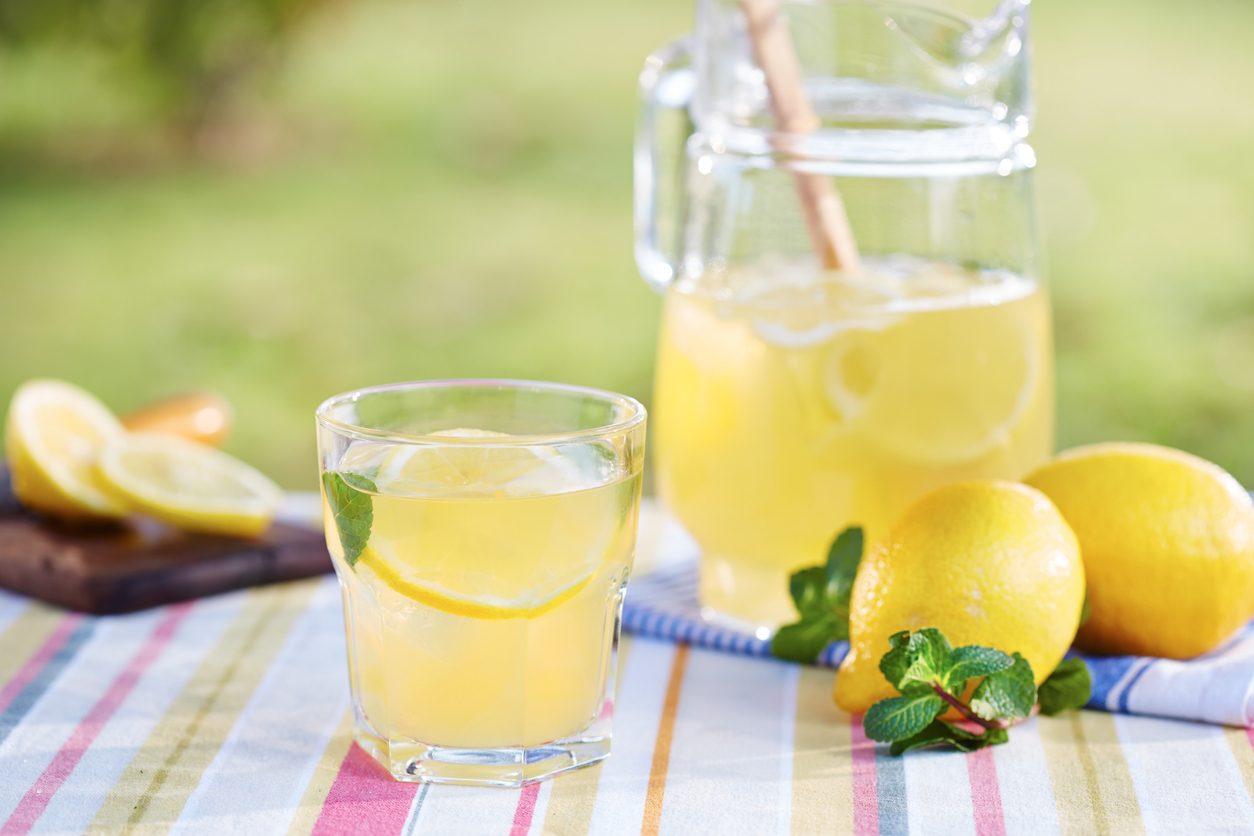 Sciroppo di limone fatto in casa: la ricetta della bevanda fresca e dissetante