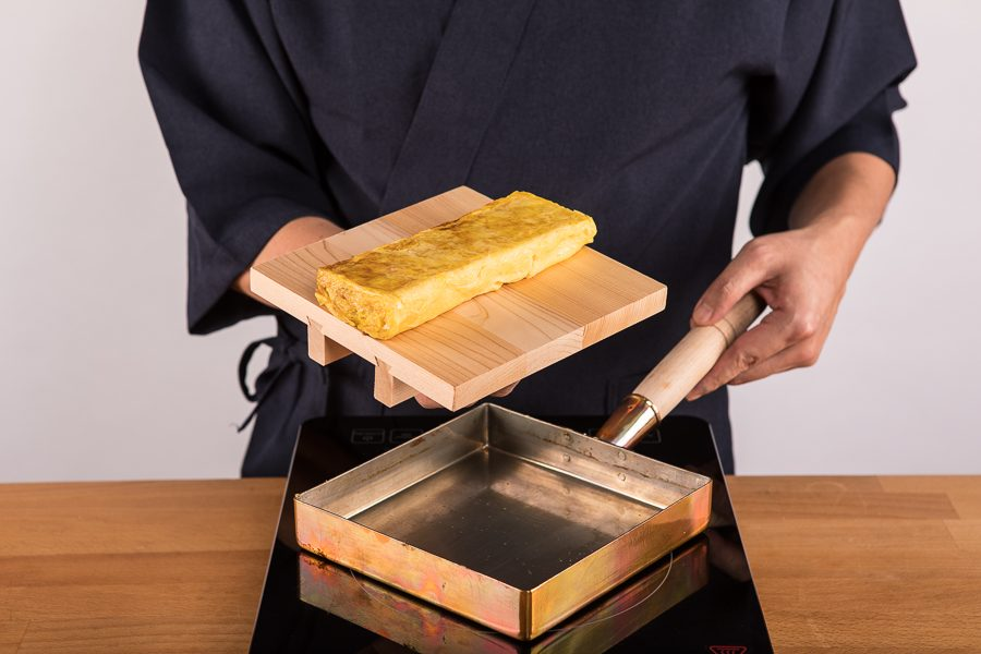 TAMAGOYAKI chef Hiro _(photo by Alberto Blasetti)