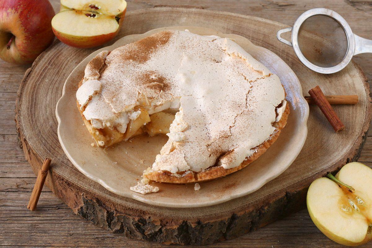 Torta di mele meringata: la ricetta del dolce rustico dal cuore tenero