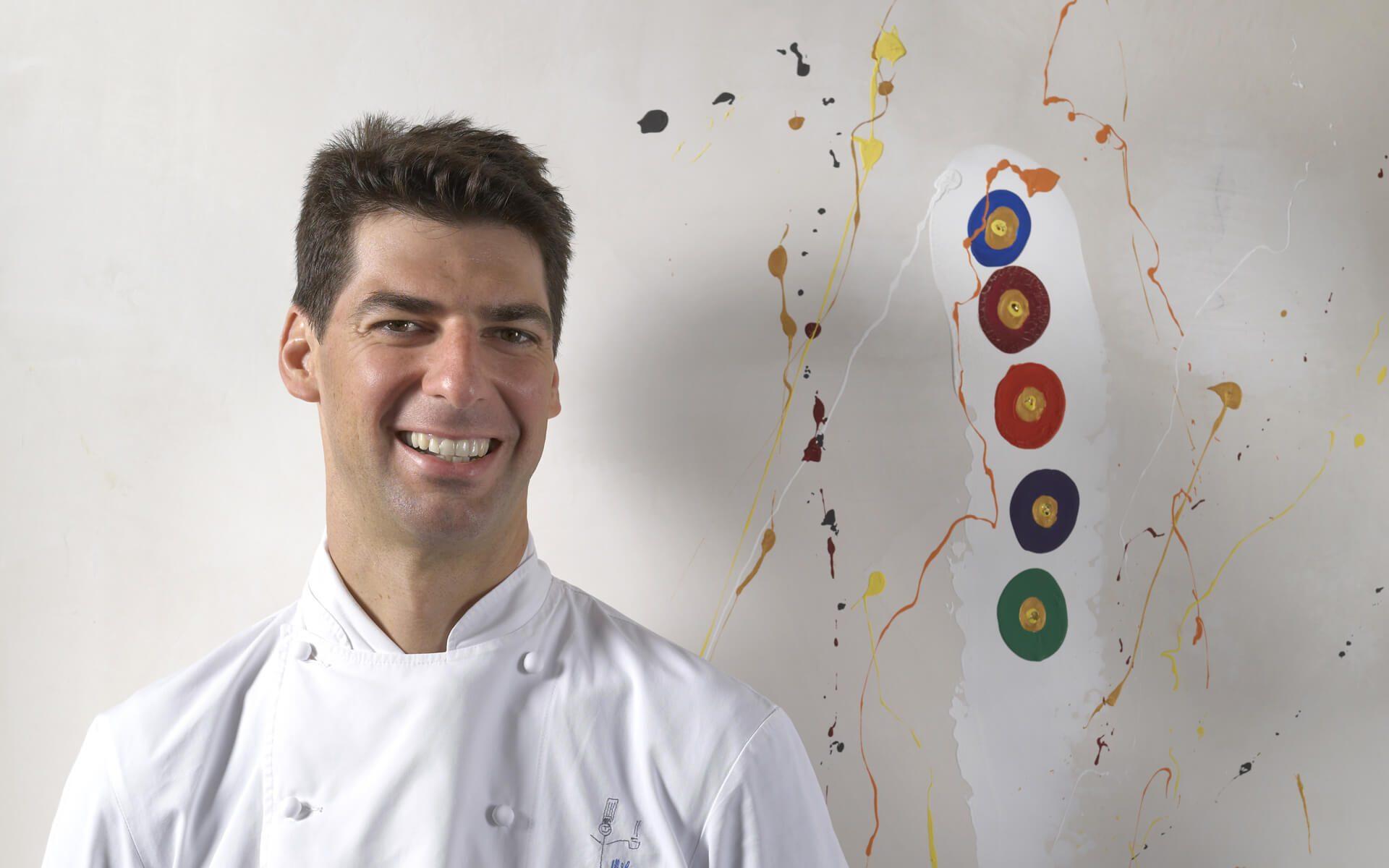 Lo chef tre Stelle Michelin Massimiliano Alajmo consegna il pranzo di Pasqua a casa