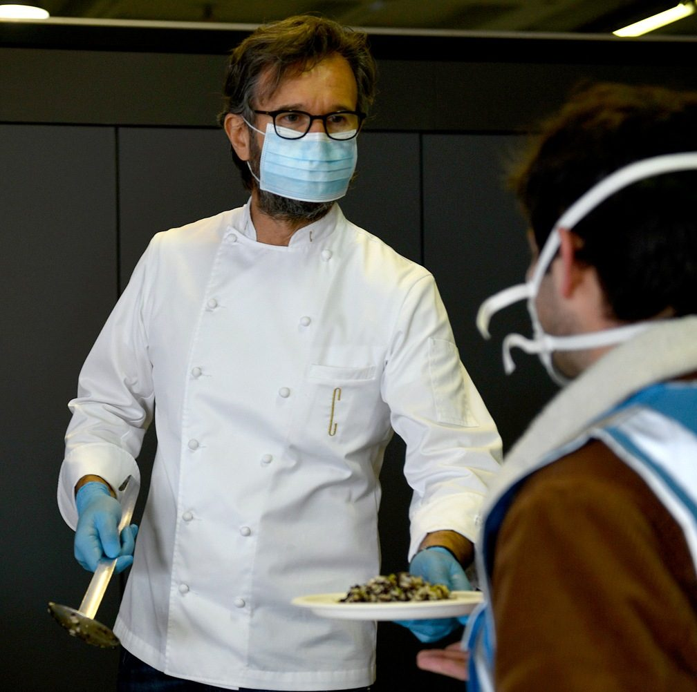 Coronavirus, Cracco cucina per gli operai dell'ospedale al Portello