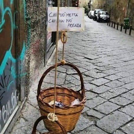 """Coronavirus, a Napoli arriva il panaro solidale: """"Chi può metta, chi non può prenda"""""""
