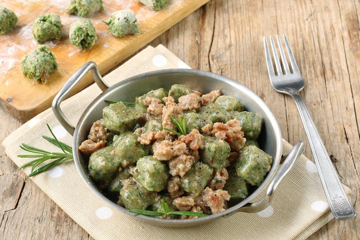 Caiettes occitane con salsiccia: la ricetta degli gnocchi di pane con erbette