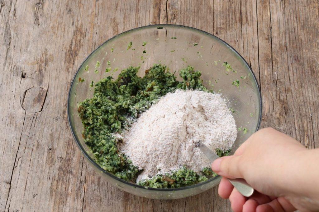 Aggiungere la farina