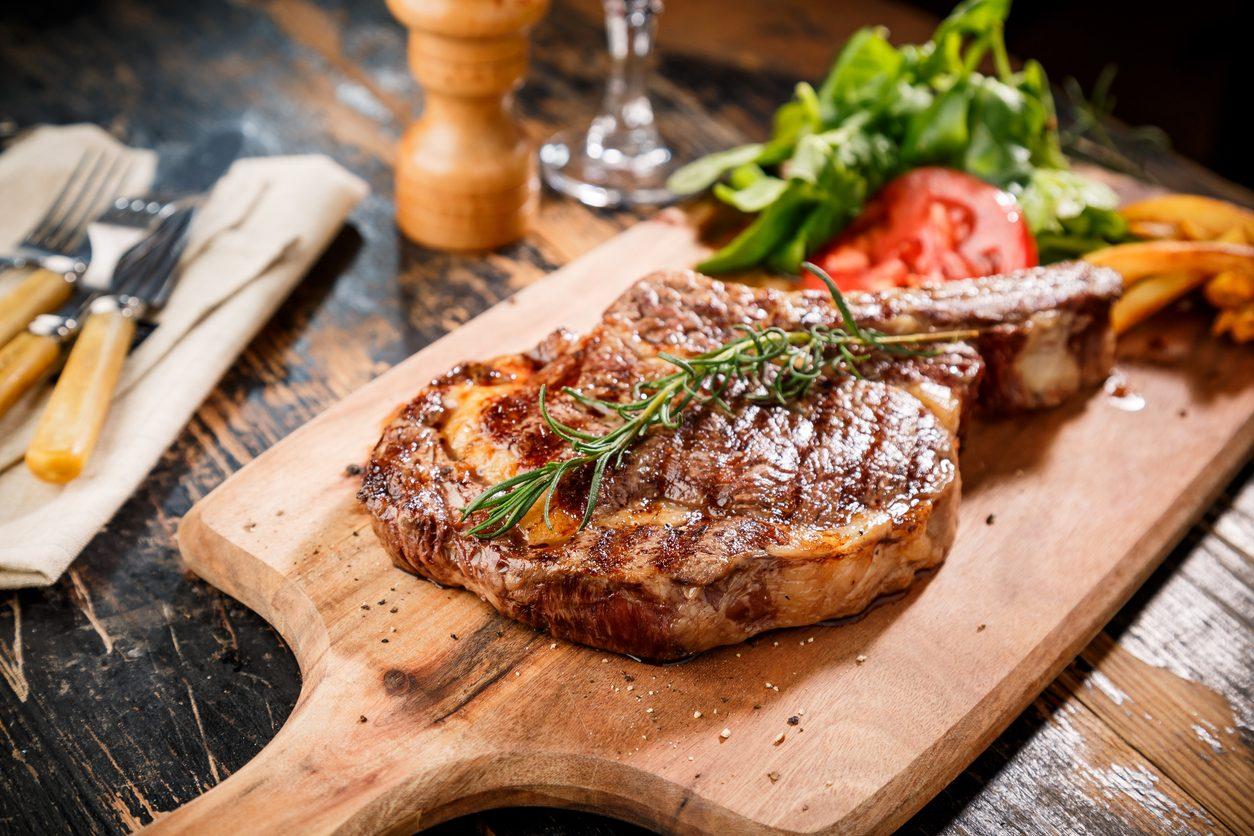 Come cucinare la carne alla griglia: trucchi e segreti per un risultato perfetto