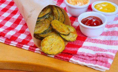 Chips di zucchine: la ricetta del contorno al forno croccante e sfizioso