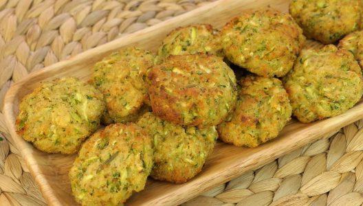 Frittelle di zucchine al forno: la ricetta del secondo piatto leggero e veloce