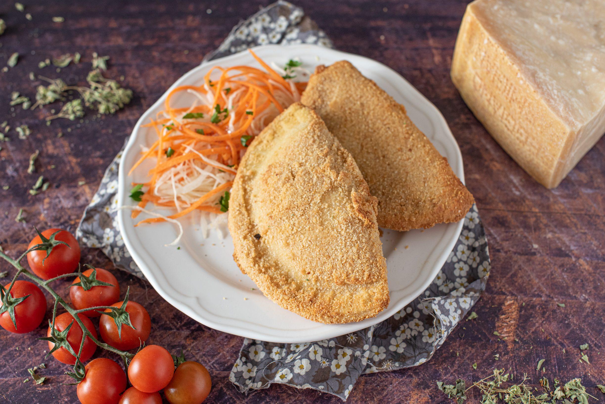 Mezzelune al forno con pomodoro e mozzarella: la ricetta del secondo goloso e leggero