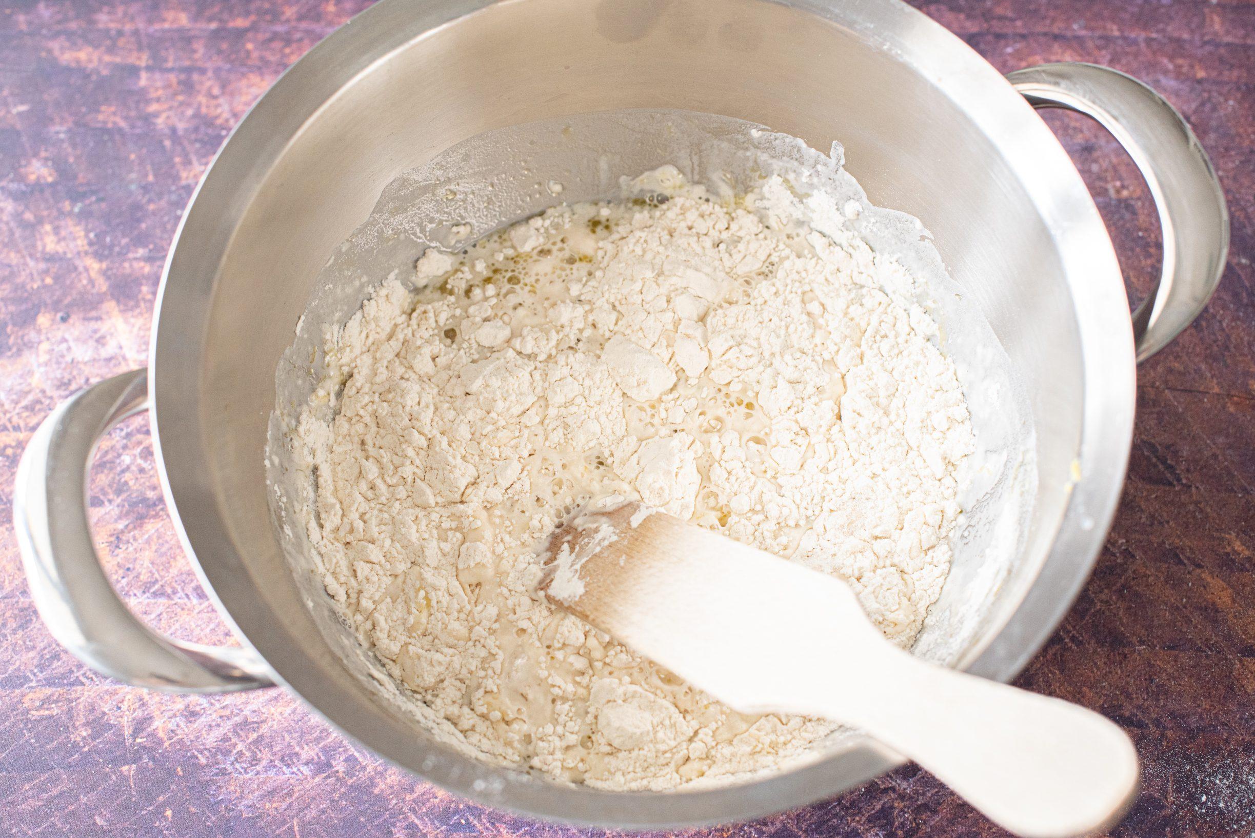 Mezzelune al forno con mozzarella e pomodoro
