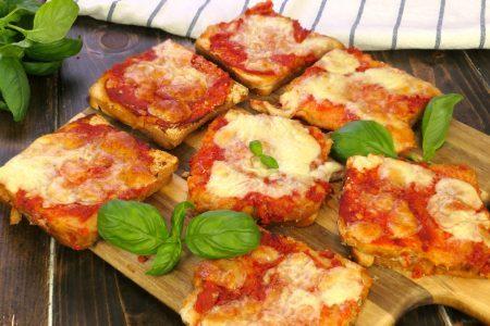 Pizza di pancarrè: la ricetta furba veloce e sfiziosa perfetta per svuotare il frigo