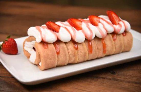 Rotolo alle fragole e crema al mascarpone: la ricetta del dessert fresco e delizioso