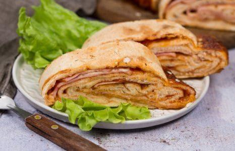 Scaccia siciliana: la ricetta ragusana della focaccia arrotolata ripiena