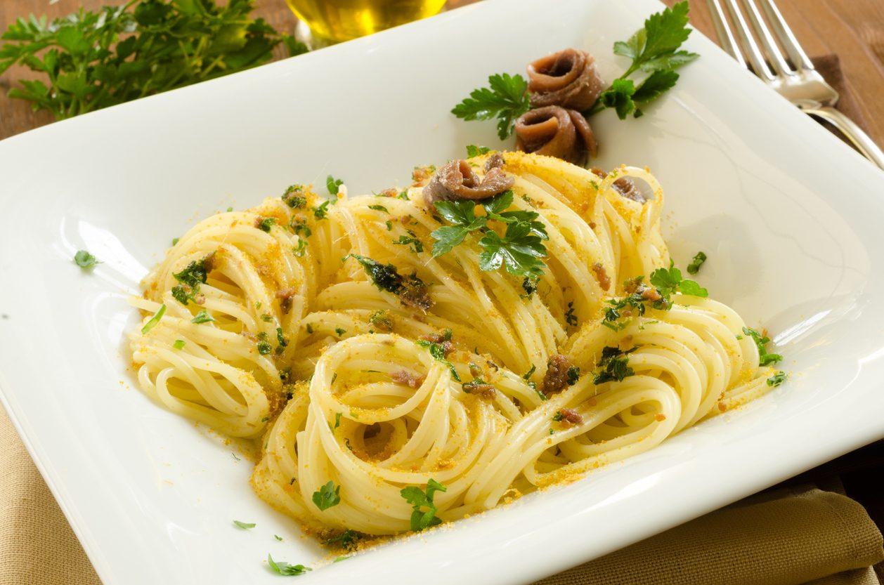 Spaghetti alle alici: la ricetta del primo piatto veloce con alici fresche
