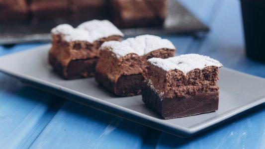 Torta magica al cioccolato: la ricetta del dolce al cacao con tre stati golosi