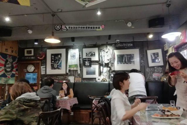 Un pub a Pechino il 18 aprile