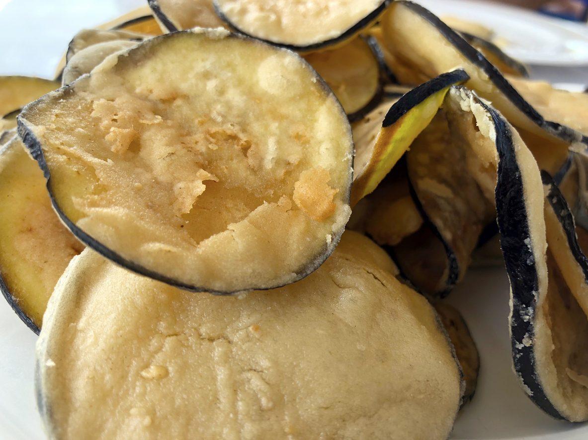 Chips di melanzane al forno: la ricetta del contorno leggero e croccante