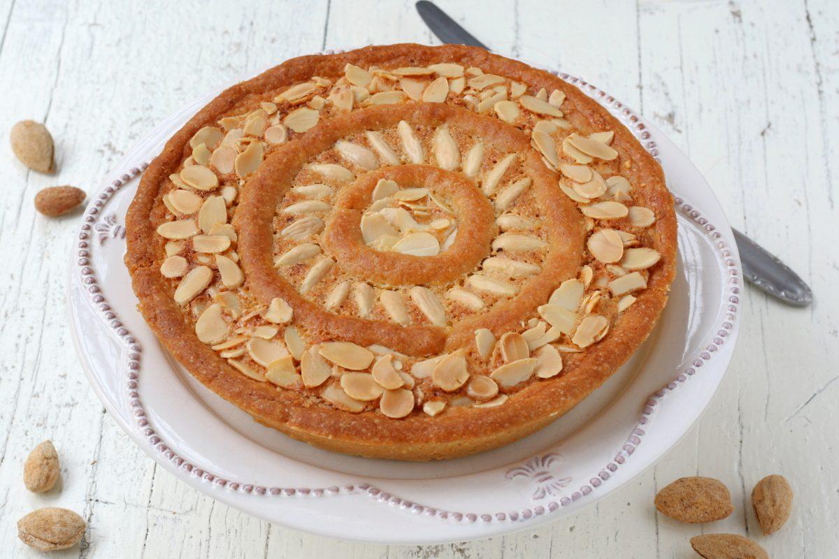 Crostata con crema frangipane e marmellata: la ricetta del dolce aromatico e raffinato