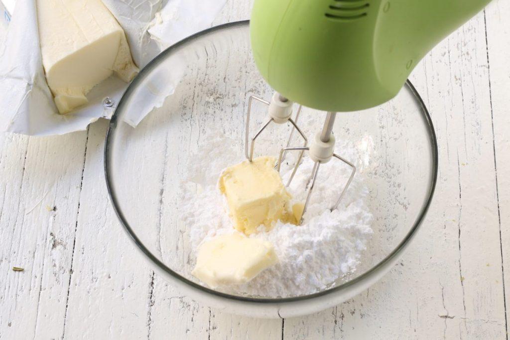 Lavorare il burro con lo zucchero