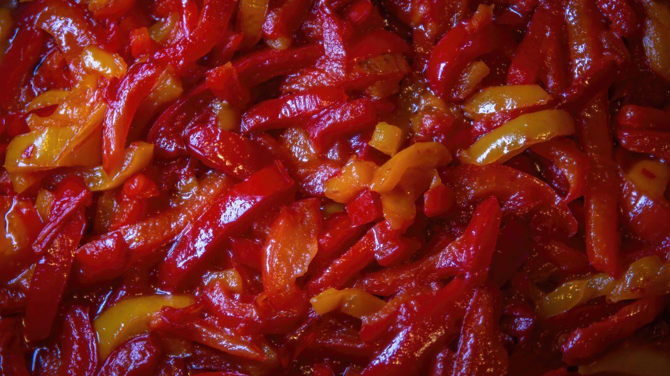 Peperoni caramellati: la ricetta del contorno in agrodolce con cipolla di Tropea